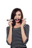 Nettes schönes Mädchenkünstler Brush-Zahnstückchen in die Farbe im Prozess zeichnet Inspiration Weißer Hintergrund, lokalisiert Lizenzfreies Stockfoto