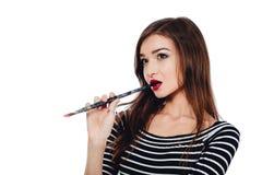 Nettes schönes Mädchenkünstler Brush-Zahnstückchen in die Farbe im Prozess zeichnet Inspiration Weißer Hintergrund, lokalisiert Stockfoto