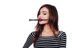 Nettes schönes Mädchenkünstler Brush-Zahnstückchen in die Farbe im Prozess zeichnet Inspiration Weißer Hintergrund, lokalisiert Stockfotos