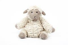Nettes Schafspielzeug lokalisiert auf einem weißen Hintergrund Stockfotografie