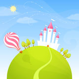 Nettes Schloss, das auf einem grünen kleinen Hügel steht Stockfotos