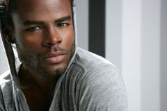Nettes schwarzes Portrait des jungen Mannes des Afroamerikaners Lizenzfreies Stockfoto