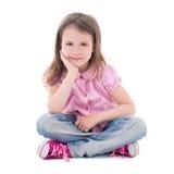 Nettes Sitzen des recht kleinen Mädchens lokalisiert auf Weiß Lizenzfreies Stockfoto