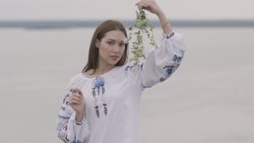 Nettes sorgloses kaukasisches Mädchen, welches das lange Sommermodekleid betrachtet überzeugt der Kamera genießt Stände auf dem F stock video footage