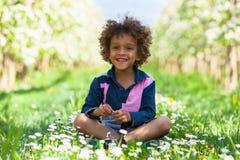 Nettes Spielen des kleinen Jungen des Afroamerikaners im Freien Stockbild