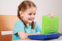 Nettes Spielen des kleinen Mädchens Lizenzfreies Stockfoto