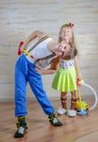 Nettes spielerisches kleiner Jungen- und Mädchenreinigungshaus Stockfotos