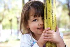 Nettes spielerisches Lächeln des kleinen Mädchens Stockbild