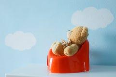 Nettes Spielzeug, das auf dem Töpfchen sitzt stockfotografie