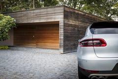 Nettes Sport SUV-Auto vor einer Garage Stockbilder