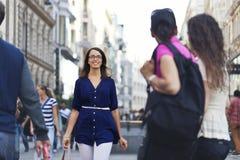 Nettes städtisches Mädchen an einer Stadtstraße Lizenzfreie Stockbilder