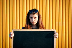 Nettes stilvolles junges Mädchen in der Denimjacke, tragende Sonnenbrille Lizenzfreie Stockfotografie