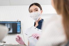 Nettes stomatologist, das Instrumente für Behandlungszähne vorbereitet Stockfotos