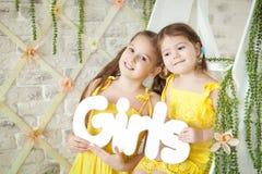 Nettes Studio der kleinen Mädchen im Frühjahr Lizenzfreies Stockfoto