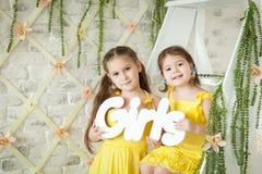 Nettes Studio der kleinen Mädchen im Frühjahr Stockfotos