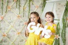 Nettes Studio der kleinen Mädchen im Frühjahr Stockbild