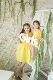 Nettes Studio der kleinen Mädchen im Frühjahr Stockbilder