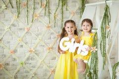 Nettes Studio der kleinen Mädchen im Frühjahr Stockfotografie