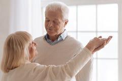 Nettes Tanzen des gutaussehenden Mannes mit seiner Frau stockbild