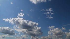 Nettes timelapse mit großen Wolken highlighten mit Sonne stock footage