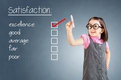 Nettes tragendes Geschäftskleid des kleinen Mädchens und Prüfungshervorragende leistung auf Kundenzufriedenheitsumfrageform Hinte Lizenzfreie Stockfotos