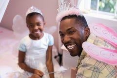 Nettes tragendes Kostüm des Vaters und der Tochter beflügelt zu Hause lizenzfreies stockfoto