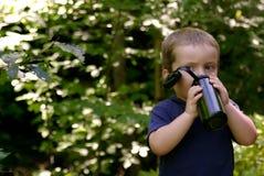Trinkwasser des Jungen Stockfotos