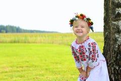 Nettes ukrainisches Mädchen, das in der Natur spielt Stockbild