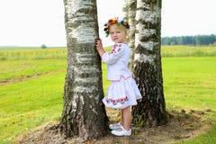Nettes ukrainisches Mädchen, das in der Natur spielt Stockbilder