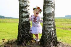 Nettes ukrainisches Mädchen, das in der Natur spielt Stockfoto