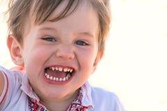 Nettes und glückliches kleines Kind mit den gesunden Zähnen Stockfotografie