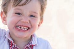 Nettes und glückliches kleines Kind mit den gesunden Zähnen Lizenzfreie Stockfotos