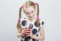 Nettes und neugieriges kaukasisches blondes Mädchen mit Zöpfen Lizenzfreies Stockfoto