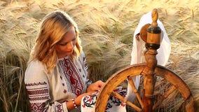 Nettes Video von ethnischen Traditionen, stickt sie die Verzierung stock video footage