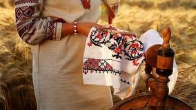 Nettes Video von ethnischen Traditionen, stickt sie die Verzierung stock video