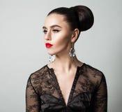Nettes vorbildliches Woman Brunette in der schwarzen Bluse auf Grau Lizenzfreie Stockfotos