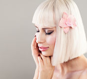 Nettes vorbildliches Woman mit gesunder Haut und rosa Orchideen-Blume Instrumententafel Stockbilder