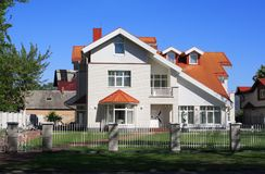 Nettes weiß-farbiges Haus Stockfoto