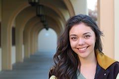 Nettes weibliches jugendlich hohes Schülerporträt in der Schule Lizenzfreies Stockfoto