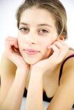 Nettes weibliches Jugendlichporträtlächeln stockfotografie