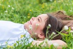 Nettes weibliches Kind, das Sommer auf Feld genießt Stockfotografie