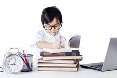 Nettes weibliches Kindergartenstudentenschreiben auf Buch lizenzfreie stockfotos