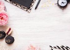 Nettes weibliches Material auf weißer Tabelle Stockfotos