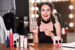 Nettes weibliches Modell unter Verwendung des kosmetischen Produktes Lizenzfreie Stockfotos