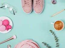 Nettes weibliches Zubehör und Kaffee auf dem Pastellhintergrund stockfotografie