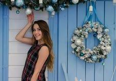 Nettes Weihnachtsjunges Mädchen nahe den blauen Türen Stockfoto