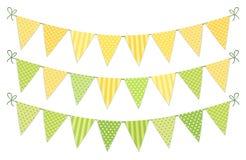 Nettes Weinlesetextilgrüne und gelbe schäbige schicke Flaggenflaggen für Sommerfestivals, Geburtstag, Babyparty Lizenzfreies Stockfoto