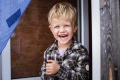 Nettes wenig blondes Jungenlachen glück Stockbilder