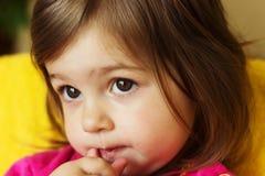 Nettes wenig trauriges Kinderdenken lizenzfreie stockbilder