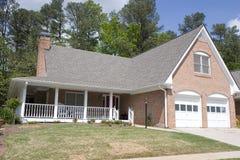 Nettes Ziegelstein-Haus mit Veranda stockbild